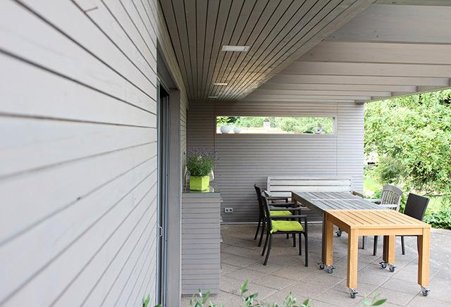 Überdachung und Fassadenverkleidung, grau lasierend behandelt