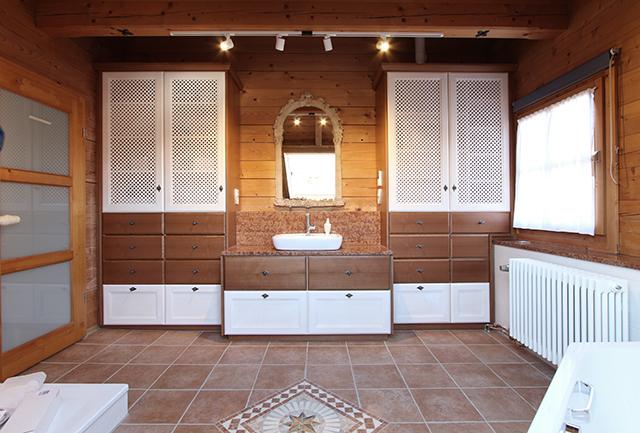 Entwurf, Planung und Umsetzung eines hochwertigen Badezimmers im Landhausstil · Schreinerei Bührer, Freiamt · Bild Nr.1