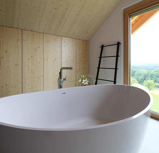 Freistehende Badewanne mit Aussicht