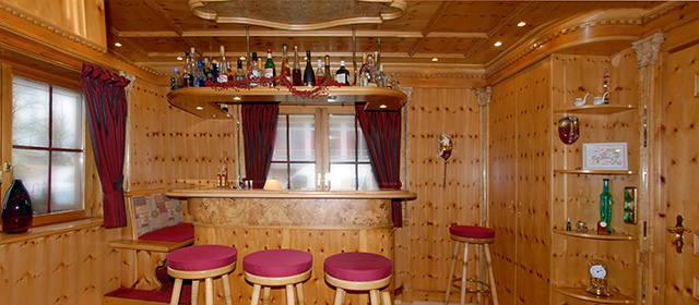 Privat-Bar in Zirbelkiefer · Schreinerei Bührer, Freiamt · Bild Nr.1