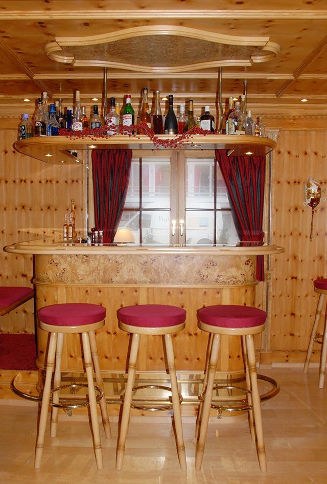 Privat-Bar in Zirbelkiefer · Schreinerei Bührer, Freiamt · Bild Nr.3