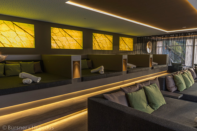 Beleuchtete Bilder in Wandnischen, integrierte LED-Sockelbeleuchtung, beleuchtete Möbelnischen