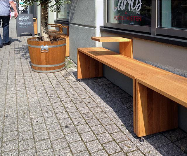 Sitzbank mit Getränkeabsteller · Schreinerei Bührer, Freiamt · Bild Nr.1