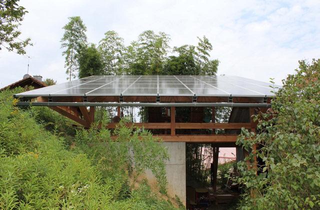 Terrasssenüberdachung mit Photovoltaikelementen · Schreinerei Bührer, Freiamt · Bild Nr.1
