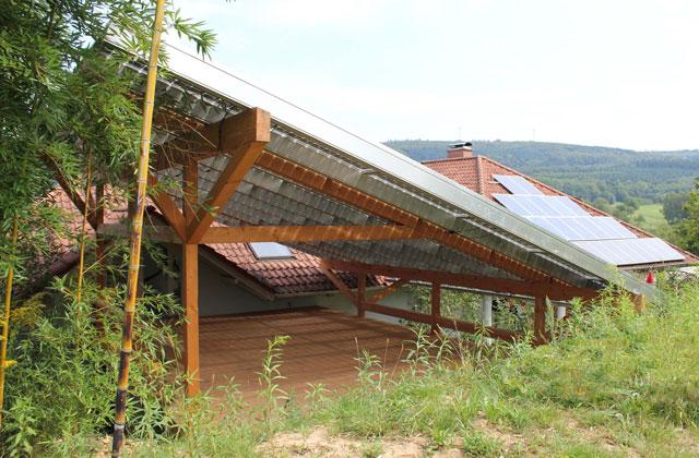 Terrasssenüberdachung mit Photovoltaikelementen · Schreinerei Bührer, Freiamt · Bild Nr.2
