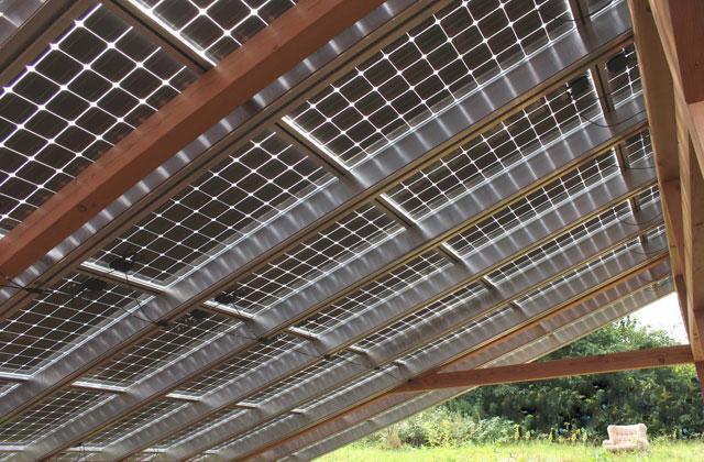 Terrasssenüberdachung mit Photovoltaikelementen · Schreinerei Bührer, Freiamt · Bild Nr.4