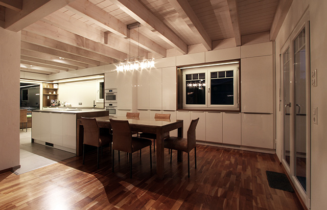 Großzügige Wohnküche mit Sitzecke · Schreinerei Bührer, Freiamt · Bild Nr.1