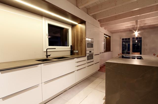 Großzügige Wohnküche mit Sitzecke · Schreinerei Bührer, Freiamt · Bild Nr.5