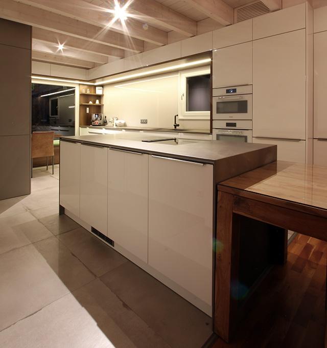 Großzügige Wohnküche mit Sitzecke · Schreinerei Bührer, Freiamt · Bild Nr.6